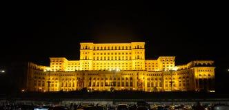 Slotten av parlamentet, Bucharest, Rum?nien Nattsikt fr?n den centrala fyrkanten royaltyfri fotografi