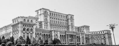 Slotten av parlamentet i Bucharest, Rumänien svart och wh Fotografering för Bildbyråer