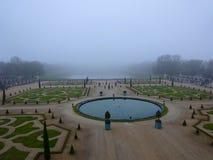 Slotten av Versailles trädgårdjordning under vintersäsong i December - Royaltyfria Bilder