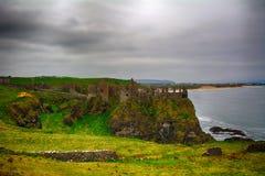 Slotten fördärvar, Dunluce som är nordlig - Irland royaltyfri foto