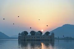 Slotten Jal Mahal på soluppgång Jal Mahal (vattenslott) var bu Royaltyfria Bilder
