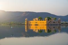 Slotten Jal Mahal Water Palace i mitt av manSager sjön på soluppgång, Jaipur, Indien, Asien Arkivbilder