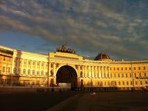 Slotten kvadrerar (Dvortsovaya Ploshchad) i en vitnatt Arkivfoto