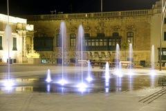 Springbrunn på natten. Valletta Malta. Arkivbilder