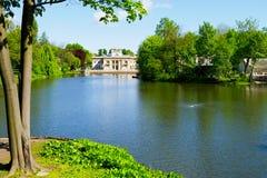Slotten på ön i Warsaw's kungliga bad parkerar, Polen Royaltyfri Bild