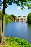 Slotten på ön i Warsaw's kungliga bad parkerar, Polen Royaltyfri Foto