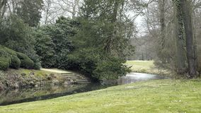 Slotten parkerar med strömmen Dekorativ trädgård med den lilla floden lager videofilmer