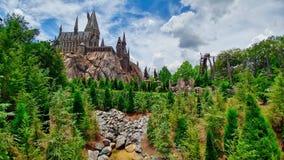 Slotten sörjer berget för trädberg-och dalbanastenar royaltyfria bilder