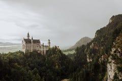 Slotten Schloss Neuschwanstein från den Marien Brà ¼cken arkivfoto