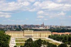 Slotten Schloss Schönbrunn för `-Schonbrunn ` med parkerar arkivfoto