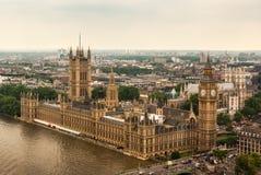 Slotten Westminster eller parlamentet med flodThemsen i London royaltyfri fotografi