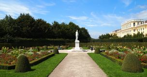 slottet arbeta i trädgården schonbrunn Royaltyfri Foto