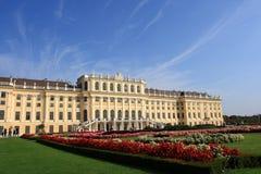 slottet arbeta i trädgården schonbrunn vienna Arkivbild