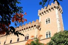 Slottet av Bolgheri nära Etruscanen seglar utmed kusten, Italien Royaltyfri Bild