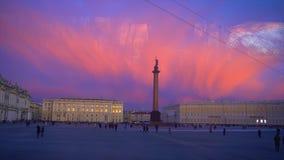 Slottfyrkant de bästa skotten i St Petersburg Fasad för museum för vinterslotteremitboning Alexander kolonn med en ängel stock video