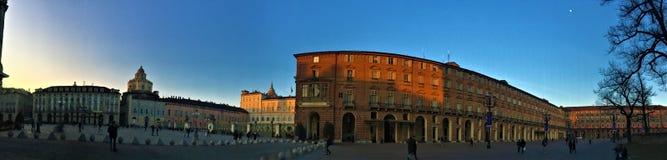 Slottfyrkant i den Turin staden, Italien Historiska slottar, himmel och tr royaltyfria bilder