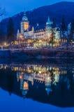 Slotthotell på natten arkivfoton