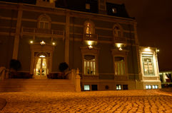 Slotthotell - yttersidaterrass på natten, Lissabon, lopp Europa royaltyfria bilder