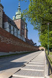 slottingång krakow poland till wawel arkivbild