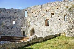 slottkremenec fördärvar ukraine Fönstret på gammal slott i vaggar Podhradie, Topolcany, Slovakien royaltyfria bilder