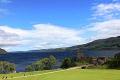 slottLoch Ness scotland urquhart royaltyfria bilder