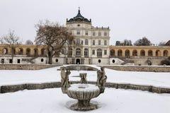 SlottPloskovice huvudbyggnad i vintern Royaltyfria Bilder
