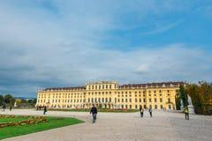 slottschonbrunn vienna Den barocka slotten är den tidigare imperialistiska sommaruppehållet som lokaliseras i Vien Arkivfoton