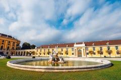 slottschonbrunn vienna Den barocka slotten är den tidigare imperialistiska sommaruppehållet som lokaliseras i Vien Royaltyfria Bilder