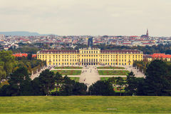slottschonbrunn vienna Den barocka slotten är den tidigare imperialistiska sommaruppehållet som lokaliseras i Vien Arkivbilder