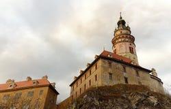 Slotttornet står sex berättelser som är höga ovanför ett avsnitt av den Cesky Krumlov slotten Arkivbild