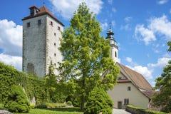 Slottträdgård med det historiska skurk- tornet i Horb på Neckaren royaltyfri foto