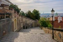 Slotttrappa av den Prague slotten i Lesser Town, Prague, Tjeckien Royaltyfri Bild