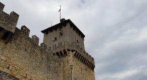 Slottvägg och torn Arkivfoto