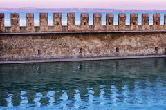 Slottvägg i vatten i Italien Arkivfoto