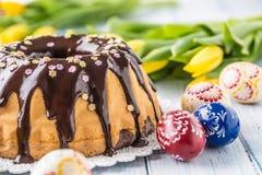 Slovak och tjeckisk kakababovka för läcker ferie med chokladglasyr Påskgarneringar - vårtulpan och ägg royaltyfri foto