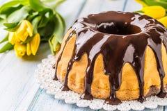 Slovak och tjeckisk kakababovka för läcker ferie med chokladglasyr Påskgarneringar - vårtulpan och ägg royaltyfri fotografi