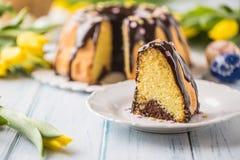Slovak och tjeckisk kakababovka för läcker ferie med chokladglasyr Påskgarneringar - vårtulpan och ägg royaltyfri bild