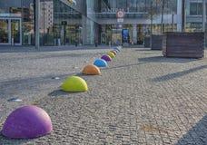 Slovakien Bratislava - November 5th, 2017 modern arkitektur i shoppingmitten Eurovia med konststatyer Royaltyfri Bild
