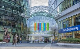 Slovakien Bratislava - November 5th, 2017 modern arkitektur i shoppingmitten Eurovia med konststatyer Arkivbild