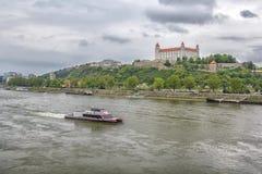 Slovakien, Bratislava - November 5th, 2017 Bratislava slott på kullen, parlament och Danube River Royaltyfria Bilder