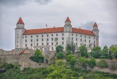 Slovakien, Bratislava - November 5th, 2017 Bratislava slott på kullen, parlament och Danube River Arkivbild