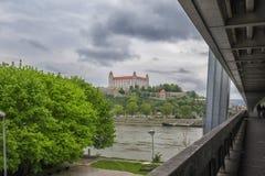 Slovakien, Bratislava - November 5th, 2017 Bratislava slott på kullen, parlament och Danube River Royaltyfri Fotografi