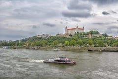Slovakien, Bratislava - November 5th, 2017 Bratislava slott på kullen, parlament och Danube River Royaltyfri Bild
