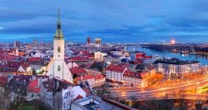 Slovakien - Bratislava på natten arkivfoton