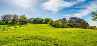 Slovakien Devin slott: Det gammalt fördärvar av slotten Devin nära Slovakien huvudstaden Bratislava Se från intelligens för somma Fotografering för Bildbyråer