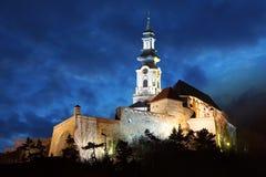 Slovakien - Nitra slott på natten arkivfoton