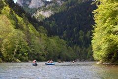 SLOVAKIEN PIENINY - MAJ 05, 2014: Populär rafting på Dunajecen Royaltyfri Bild