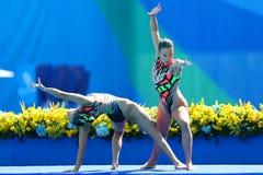 Slovakien ` s Nada Daabousova och Jana Labathova konkurrerar under den synkroniseringsrundan för förberedande åtgärden för simnin Royaltyfri Bild