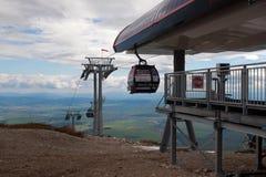 SLOVAKIEN TATRANSKA LOMNICA - MAJ 09: Modern cableway i höga Tatras Royaltyfri Bild