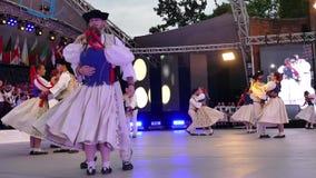 Slovakiska dansare i traditionell dräkt lager videofilmer